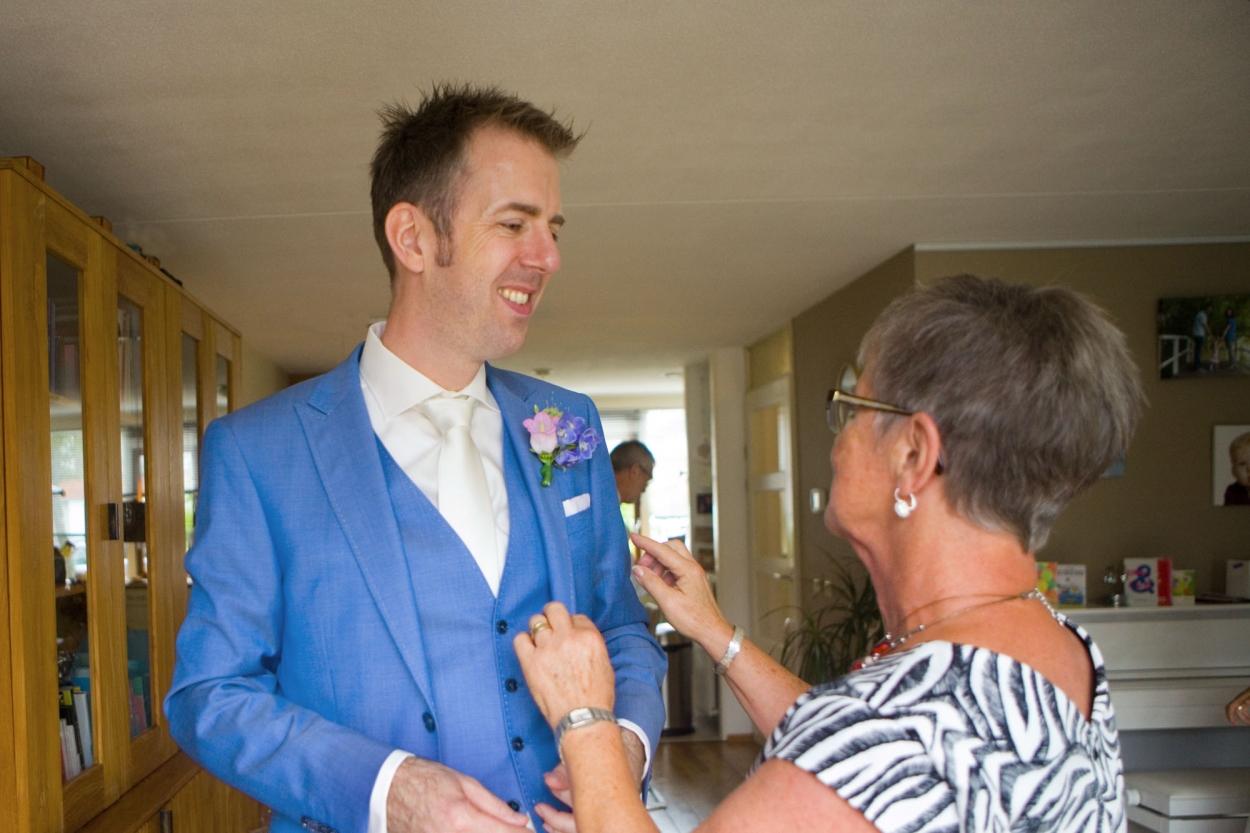 Bruidsfotografie bruidegom met moeder
