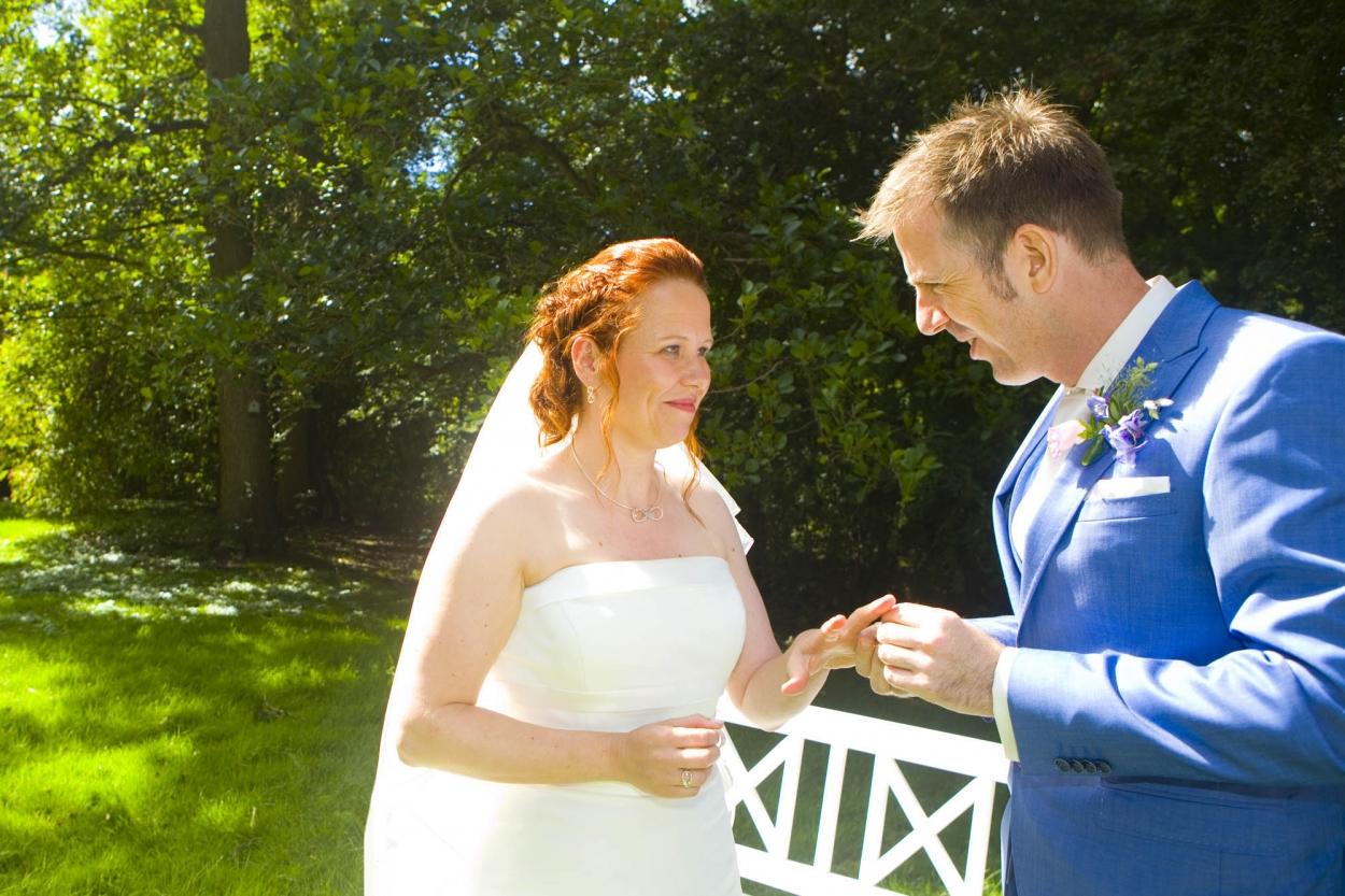 Bruidsfotografie bruiloft ringen uitwisselen ceremonie buiten Hertenhorst Delft