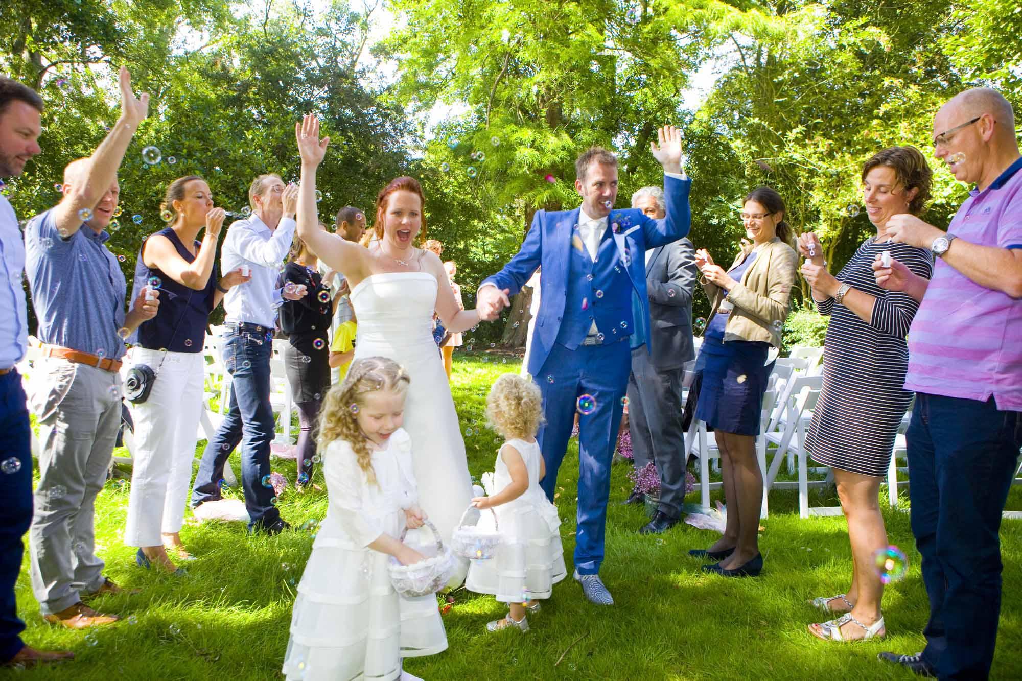 Bruidsfotografie bruiloft bruidsmeisje bloemblaadjes ceremonie buiten Hertenhorst Delft