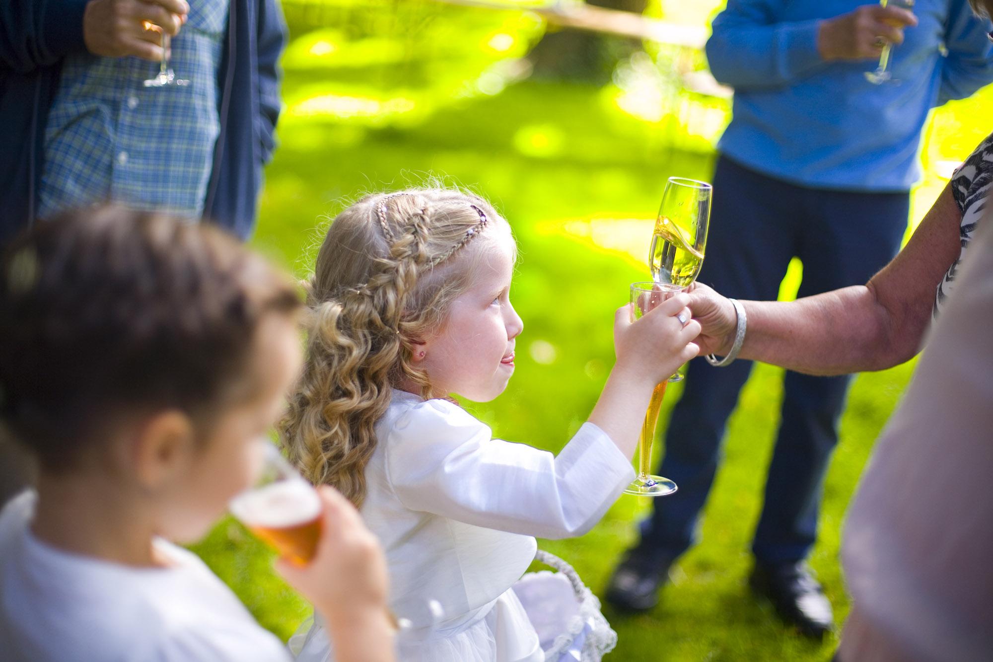 Bruidsfotografie bruiloft bruidsmeisje proosten buiten Hertenhorst Delft
