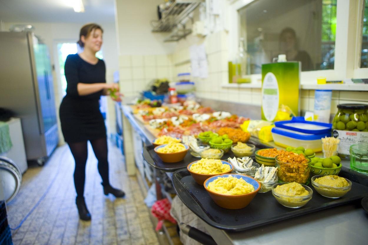 voorbereiding diner trouwfotografie bruiloft in keuken De Hertenhorst Delft
