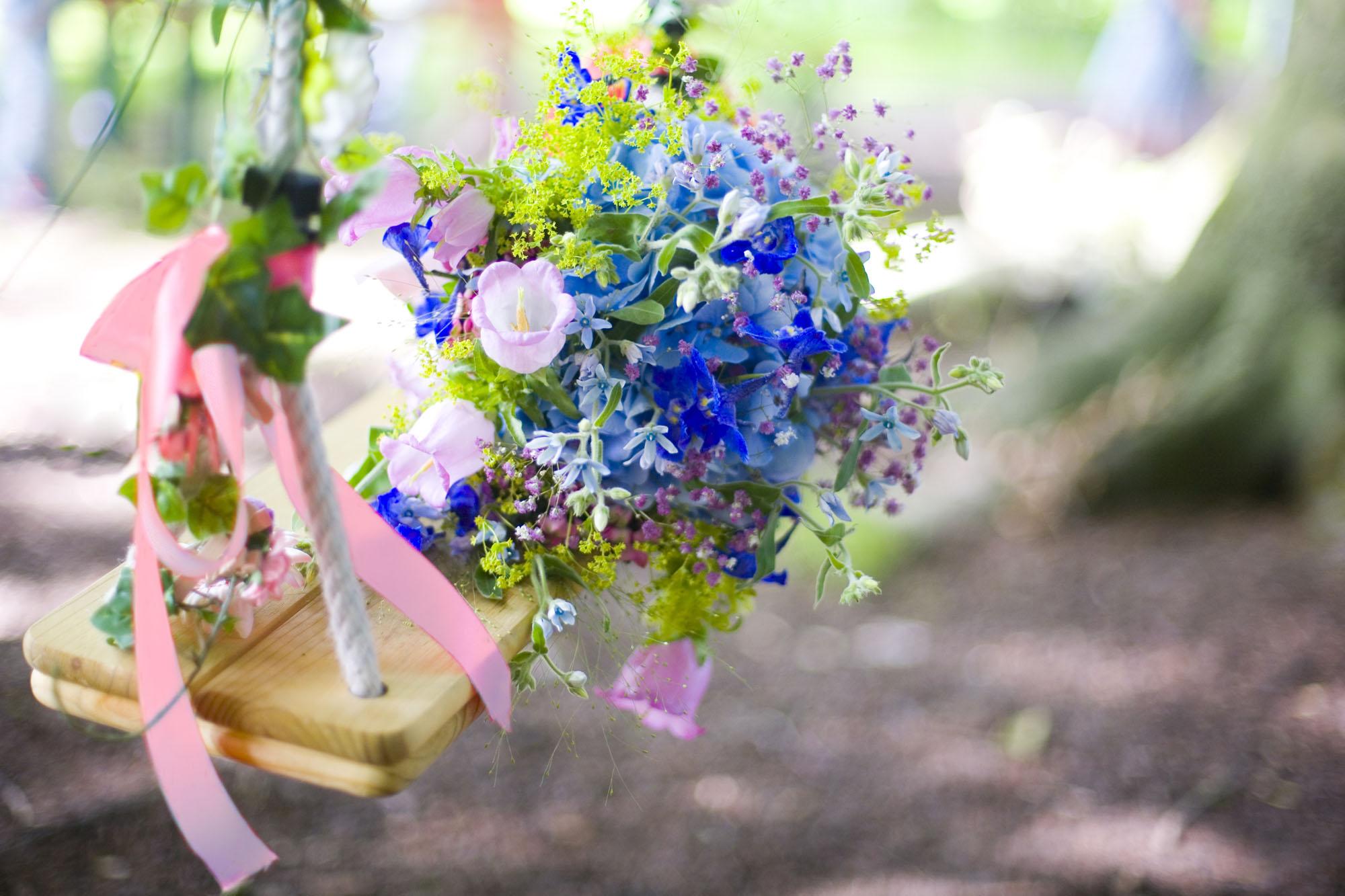 Bruidsfotografie bruiloft blauw trouwboeket bruidsboeket bloemen buiten Hertenhorst Delft