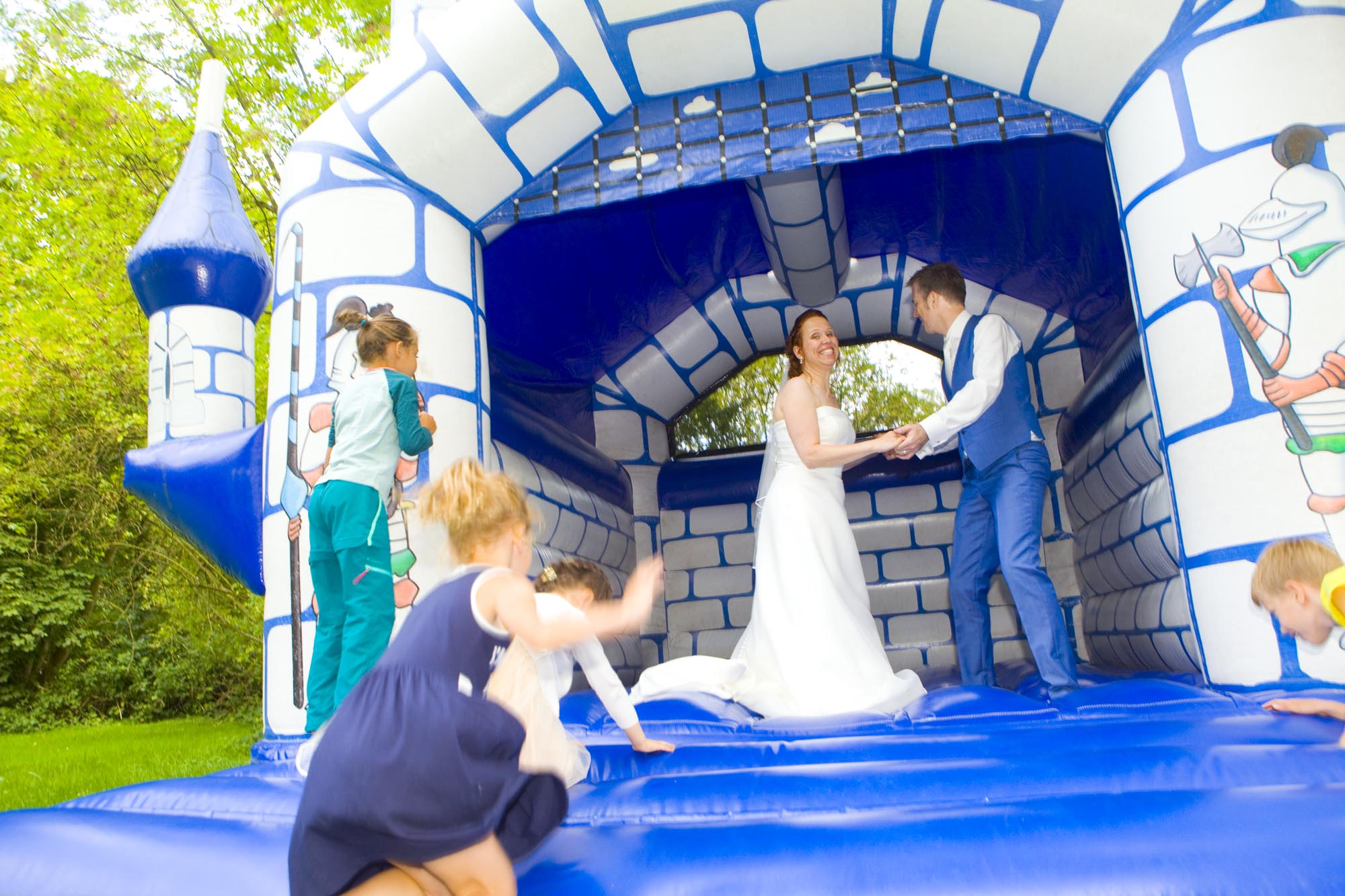 Bruidsfotografie bruiloft bruidspaar springkussen buiten Hertenhorst Delft