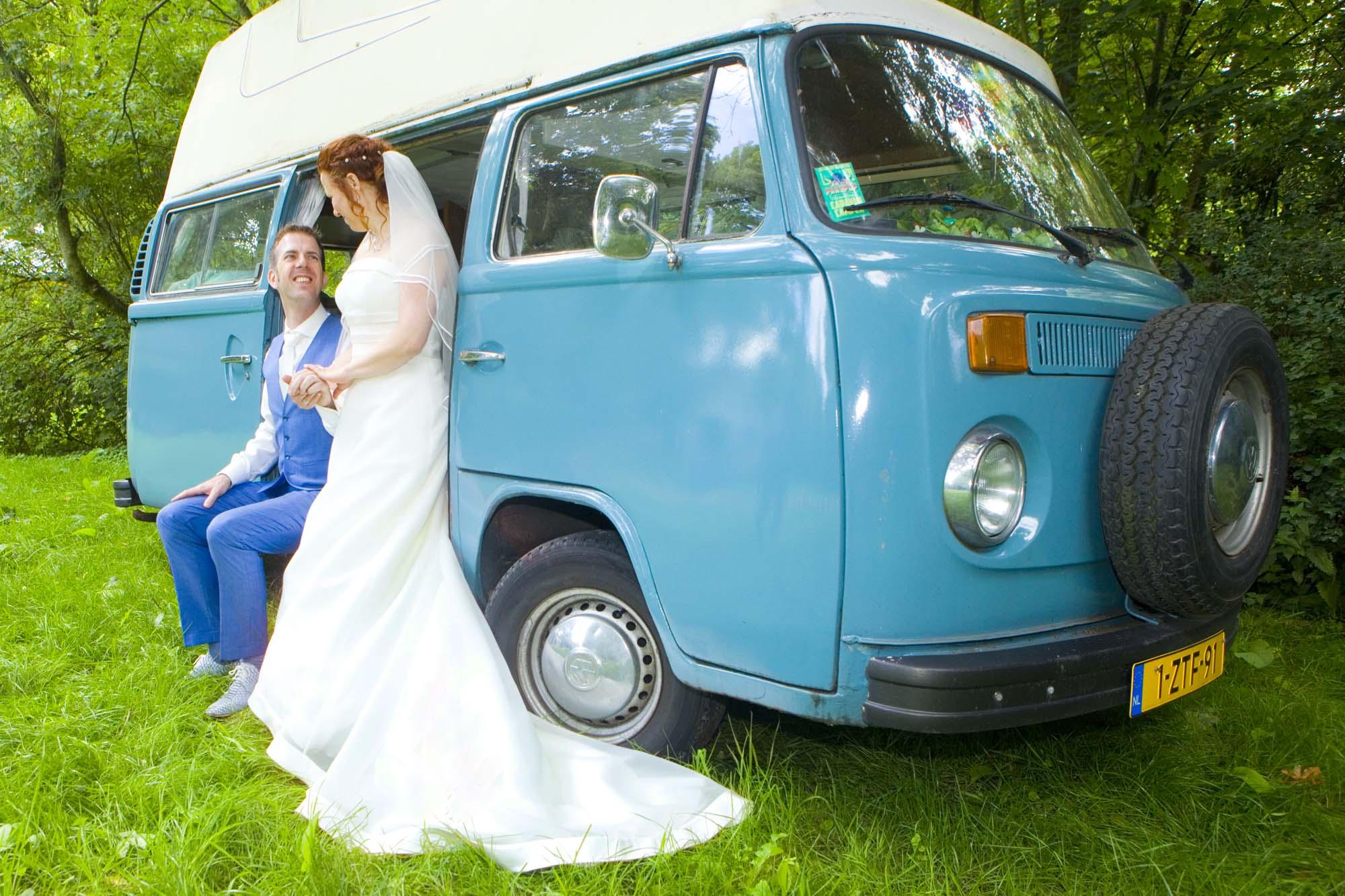 Bruidsfotografie bruiloft bruidspaar camper Volkswagenbusje buiten bos Hertenhorst Delft