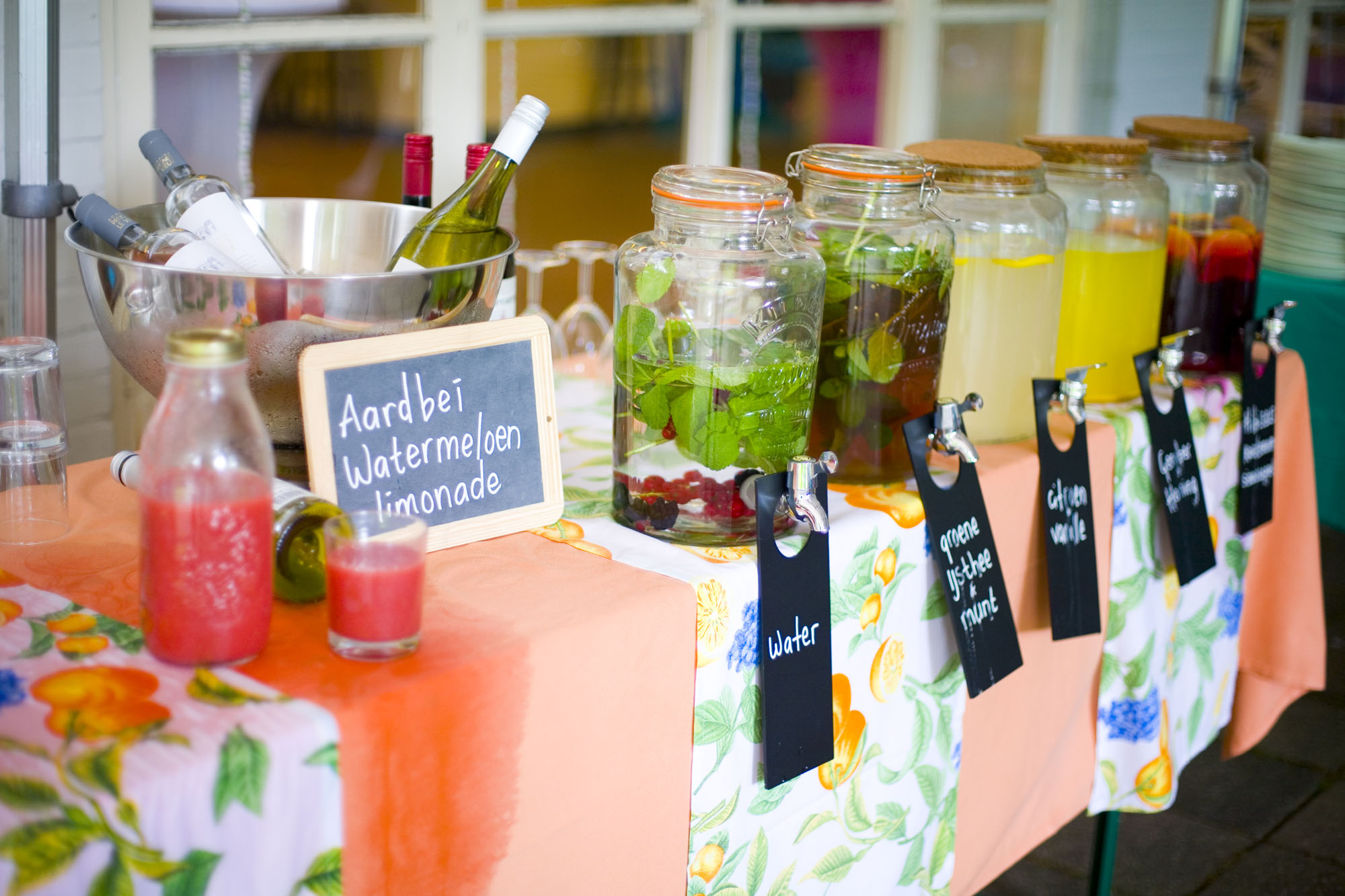 Bruidsfotografie bruiloft biologische drankjes verse kruiden buiten Hertenhorst Delft