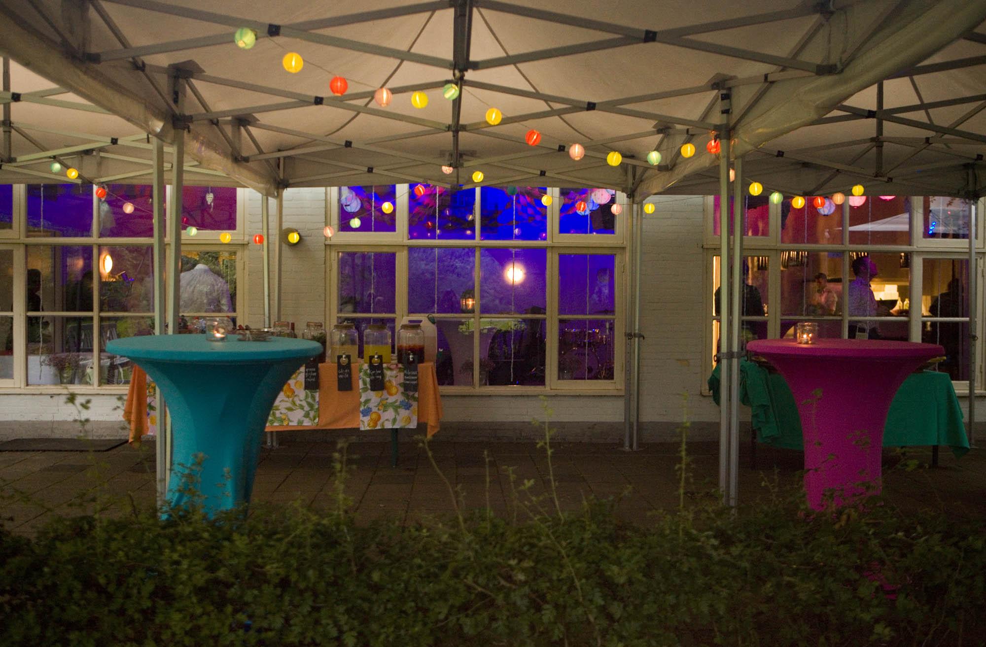 Bruidsfotografie bruiloft sfeervol decoraties trouwfeest lampjes Hertenhorst Delft
