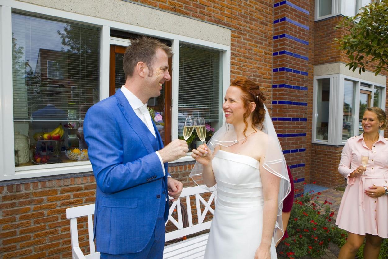 Bruidsfotografie bruiloft bruidspaar proosten