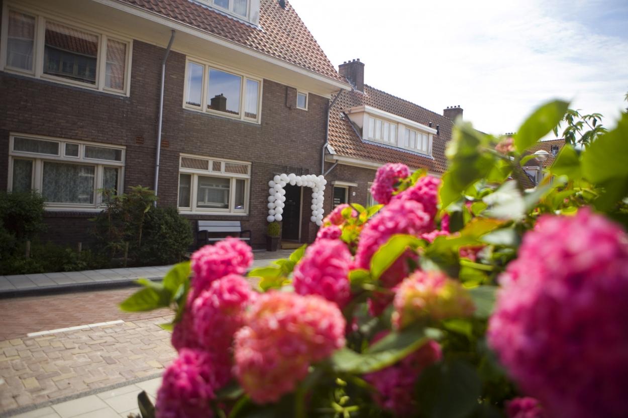 Bruidsfotografie bruiloft bloemen decoraties ouderlijk huis Amsterdam