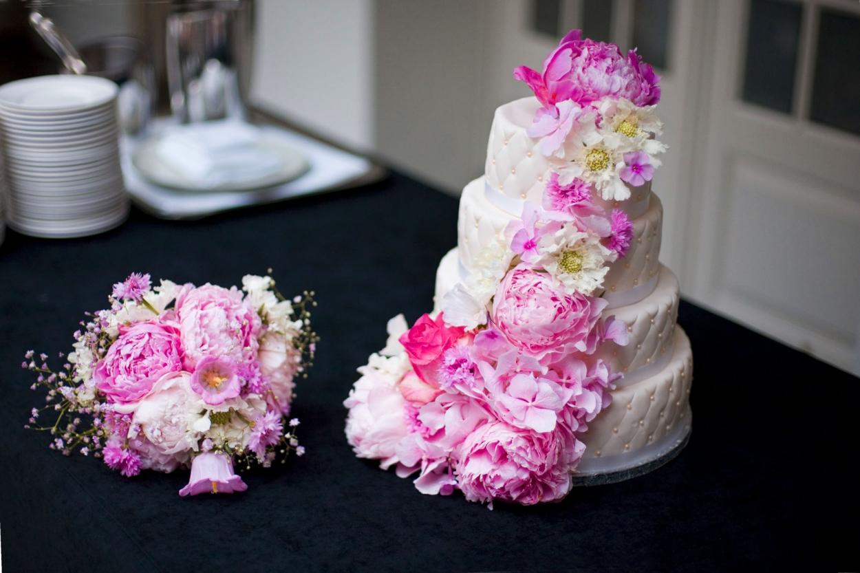 Bruidsfotografie bruiloft aansnijden bruidstaart pioenrozen trouwboeket ceremonie The Dylan Amsterdam