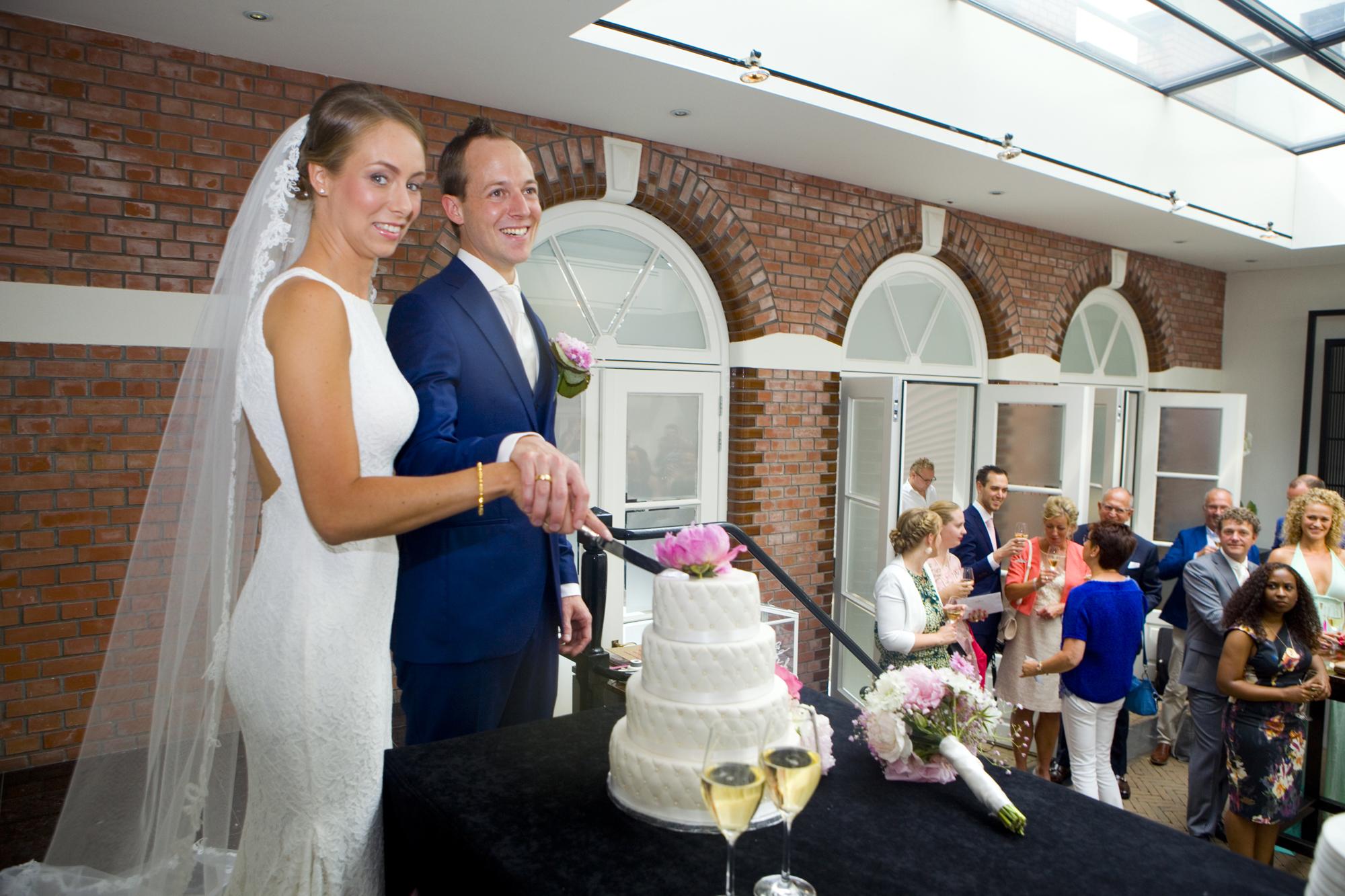 Bruidsfotografie bruiloft bruidspaar aansnijden bruidstaart The Dylan Amsterdam