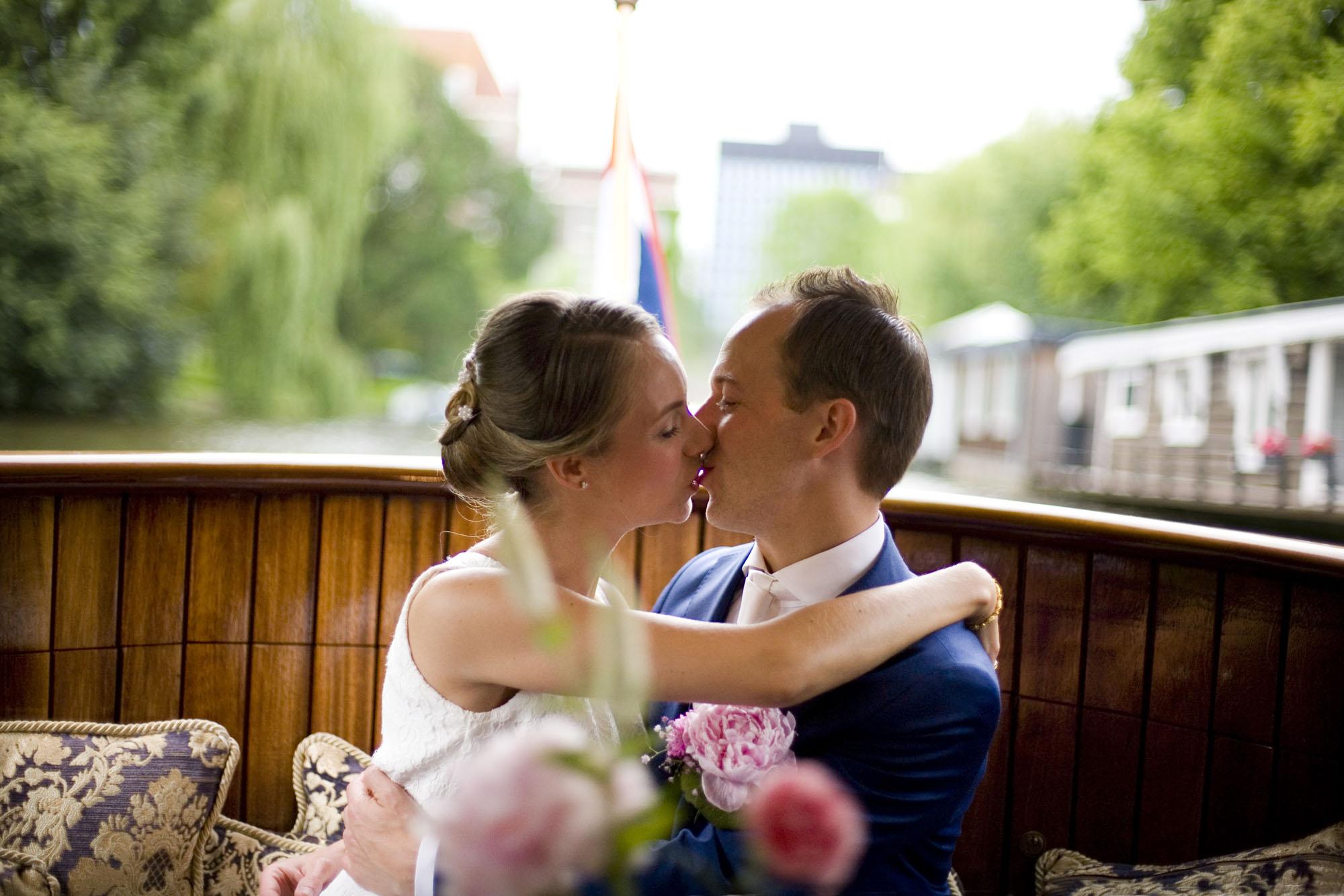 Bruidsfotografie bruiloft kus bruidspaar salonboot boottocht Amsterdam