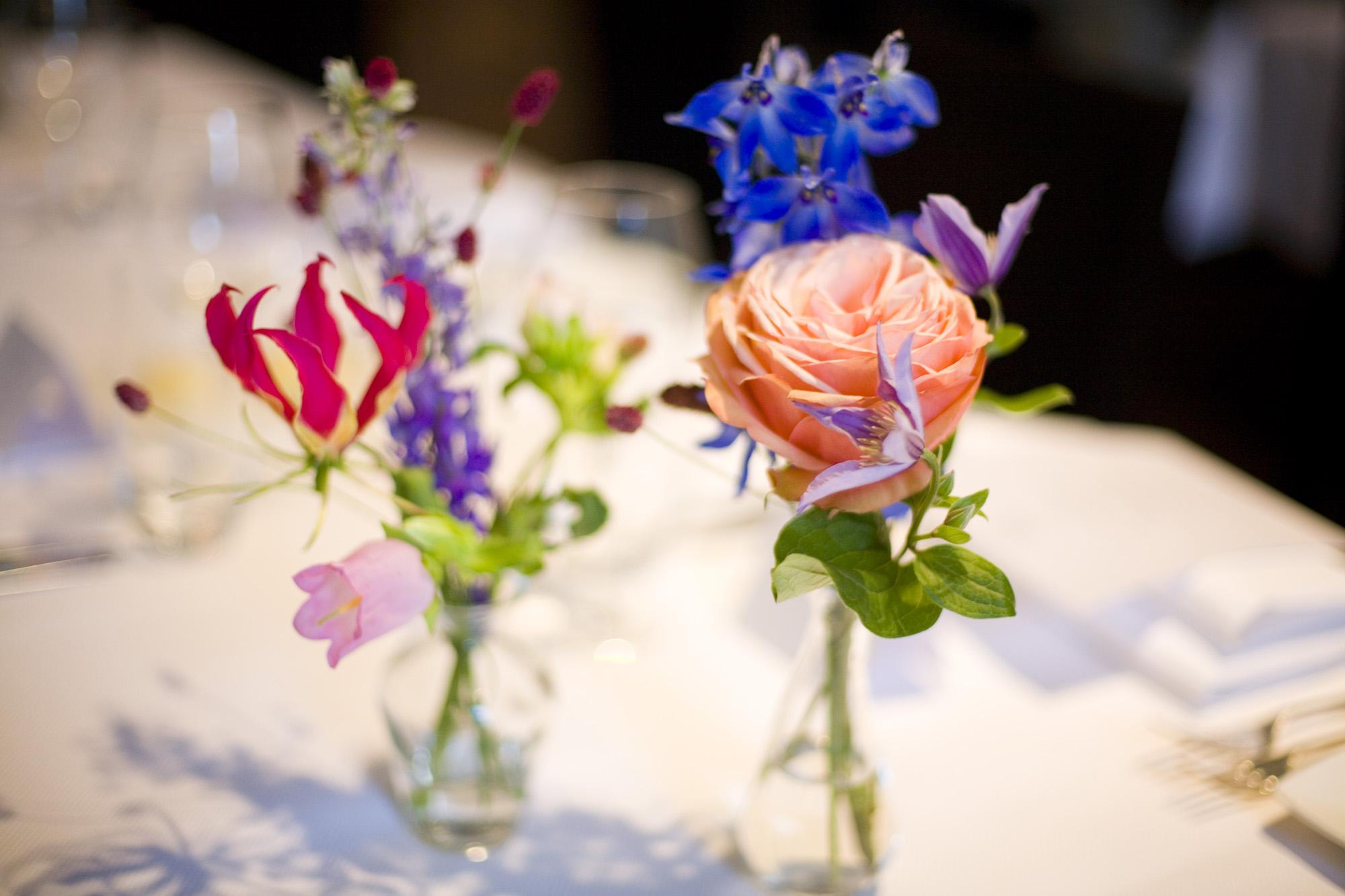 Bruidsfotografie bruiloft decoraties bloemdecoraties zomerbloemen diner The Dylan Amsterdam