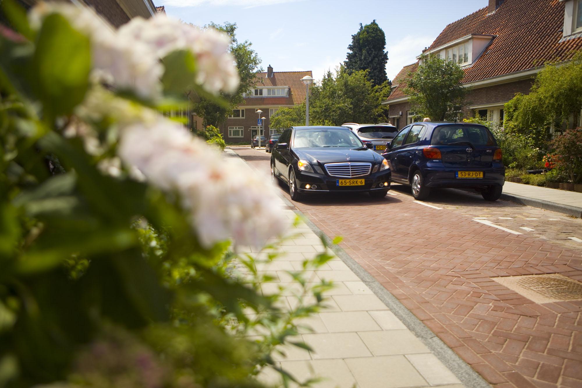 Bruidsfotografie bruiloft bloemen aankomst bruidegom trouwauto ouderlijk huis Amsterdam