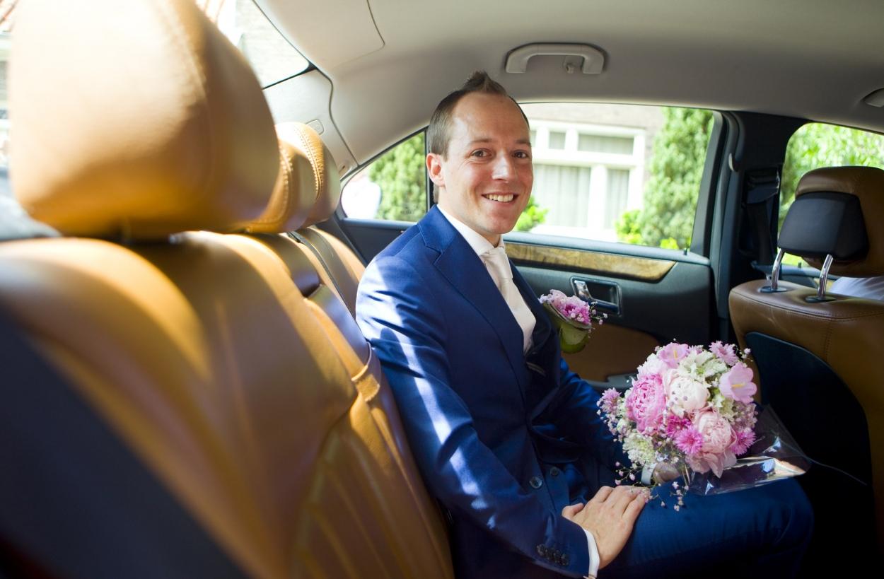 Bruidsfotografie bruiloft bloemen aankomst bruidegom ouderlijk huis Amsterdam