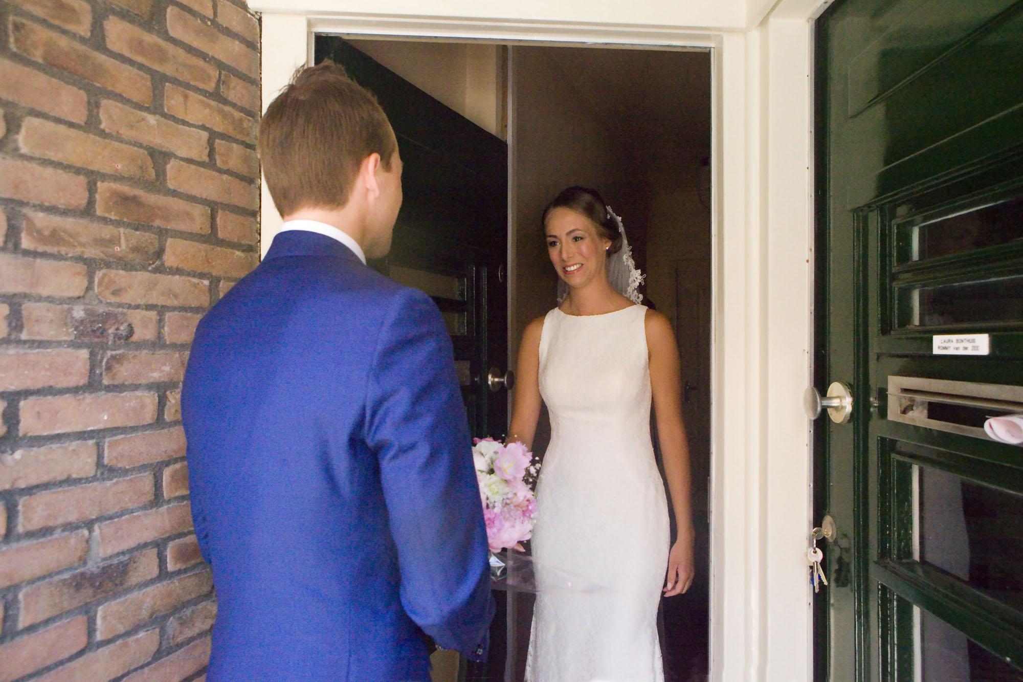 Bruidsfotografie bruiloft trouwboeket bruidegom ophalen bruid decoraties ouderlijk huis Amsterdam