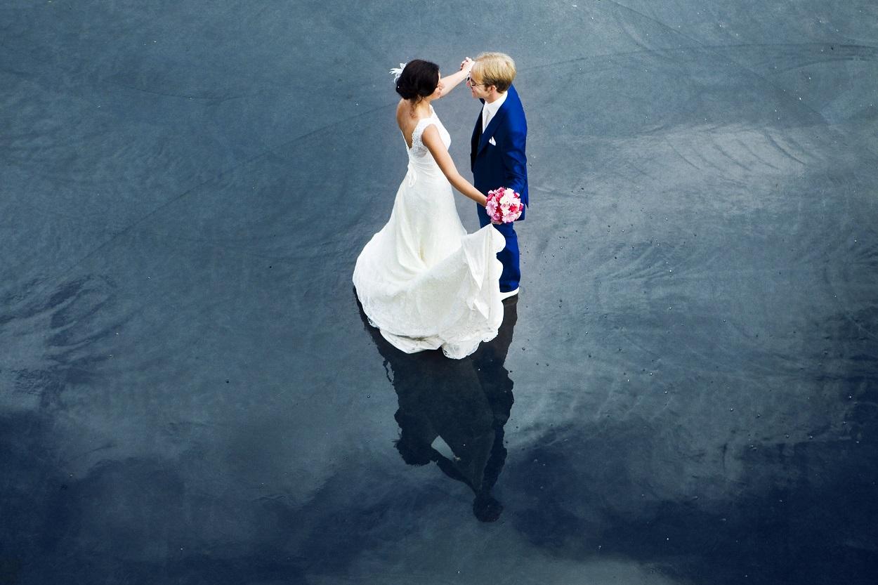 Bruidsfotografie bruiloft bruidspaar dansen op water Rotterdam