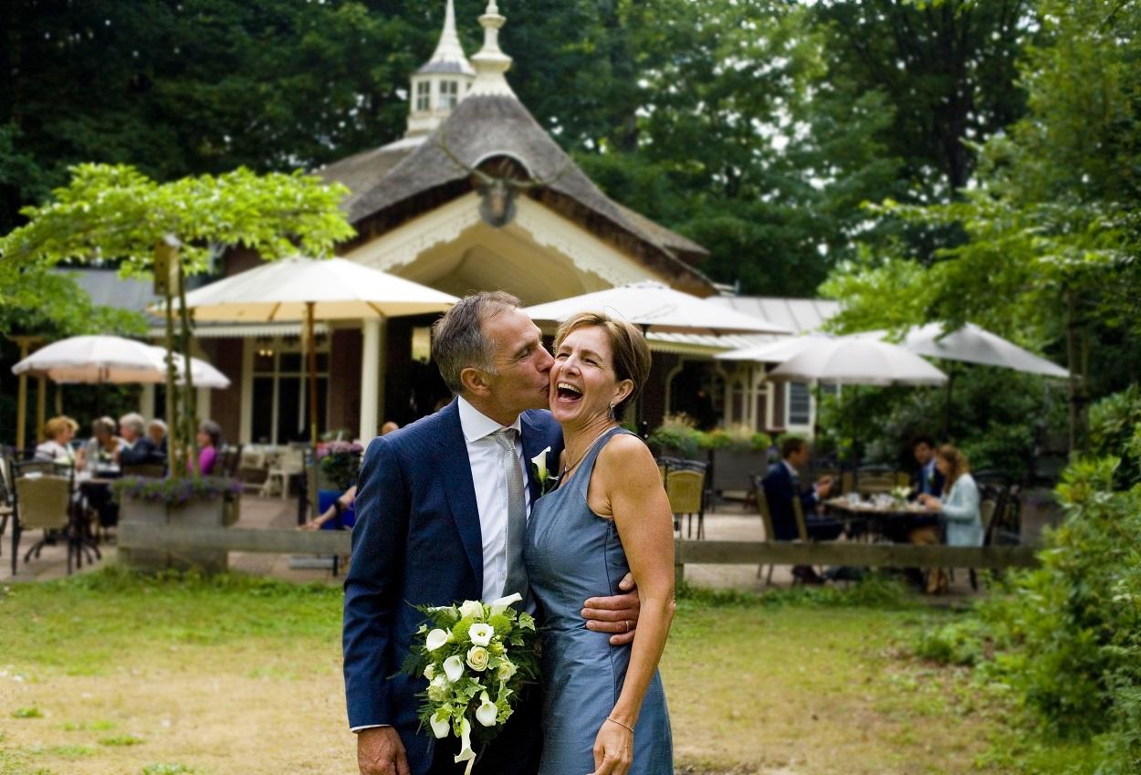 Bruidsfotografie bruiloft kus bruidspaar trouwlocatie Theepaviljoen De Horsten Wassenaar