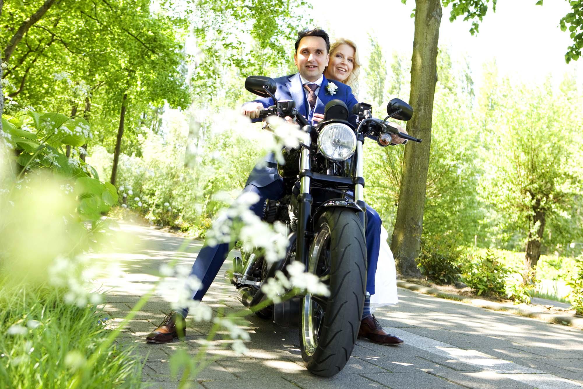 Bruidsfotografie bruiloft bruidspaar motor Harley Davidson trouwreportage Landgoed Te Werve Rijswijk