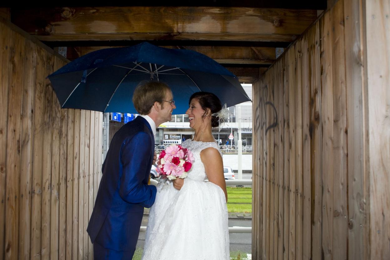 Bruidsfotografie bruiloft Kuyl's Fundatie Rotterdam bruidspaar regen