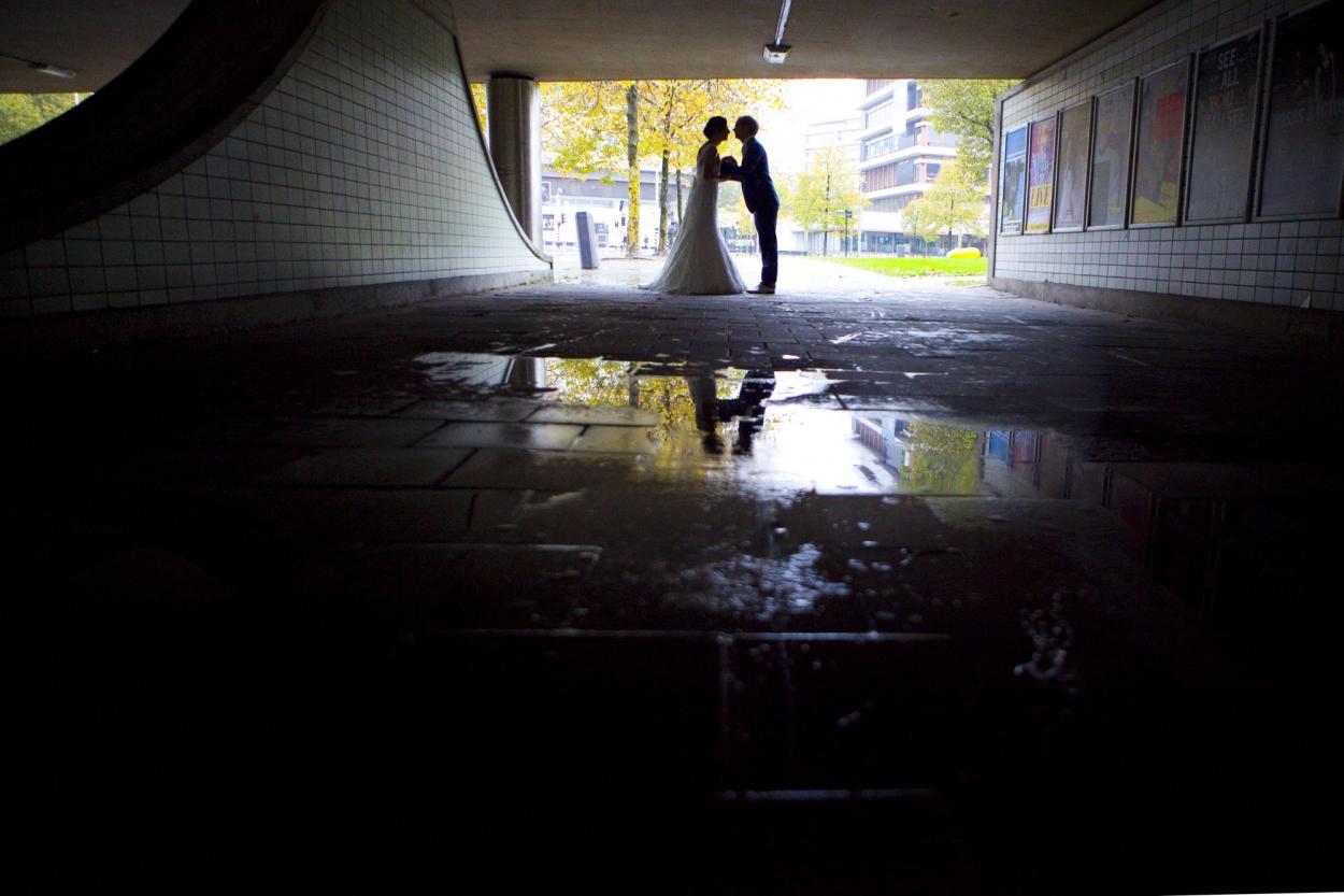 Bruidsfotografie bruiloft Kuyl's Fundatie Rotterdam bruidspaar trouwreportage regen reflectie