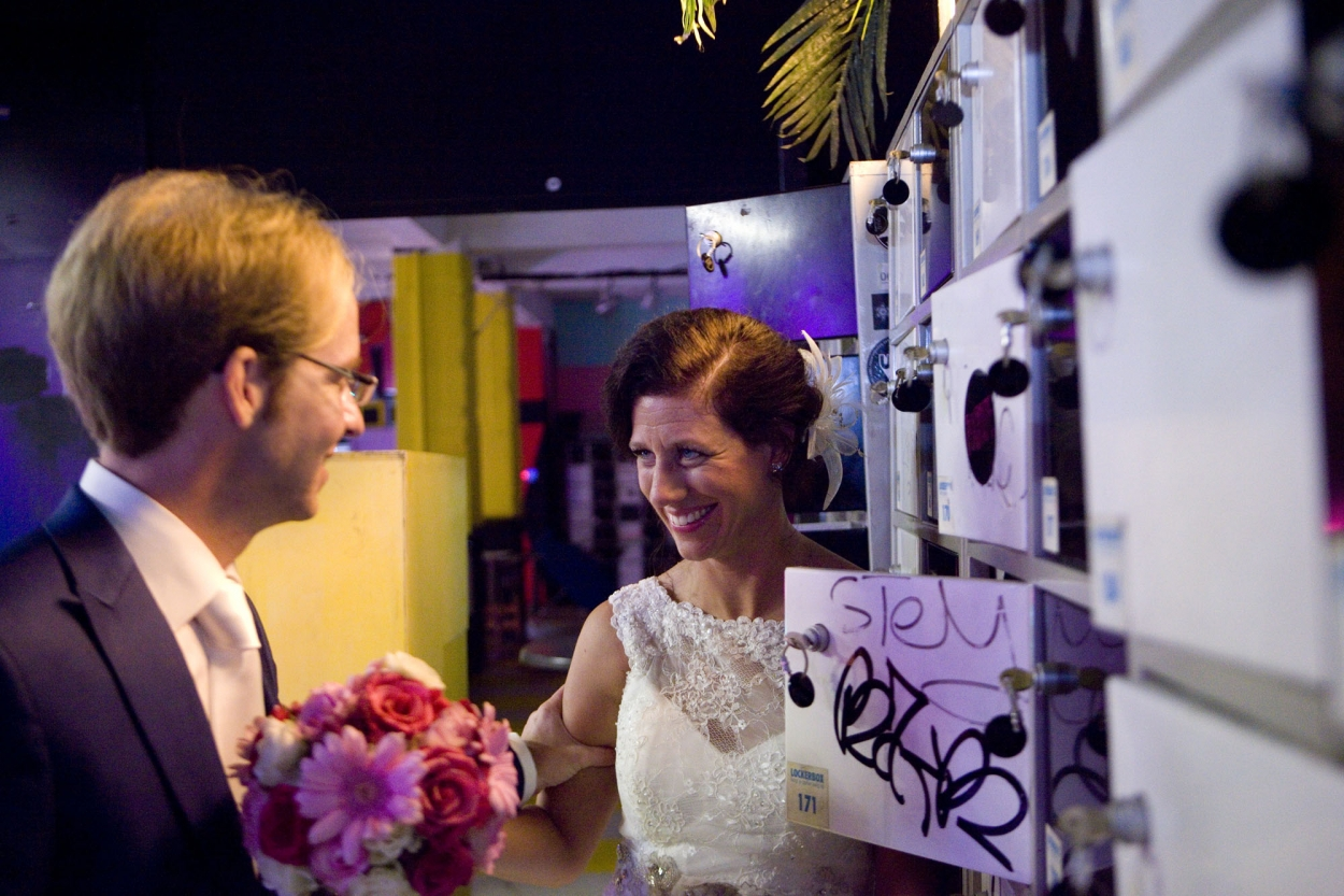 Bruidsfotografie bruiloft Kuyl's Fundatie Rotterdam bruidspaar lockers