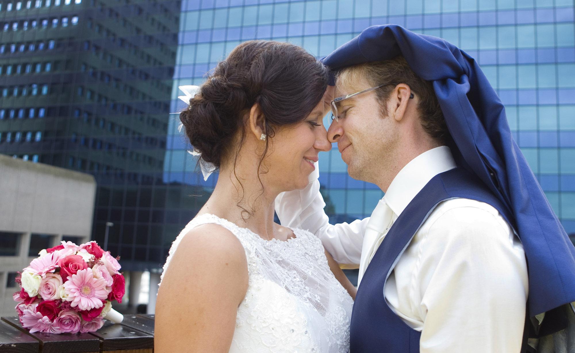 Bruidsfotografie bruiloft Kuyl's Fundatie Rotterdam bruidspaar trouwreportage Luchtsingel Rotterdam