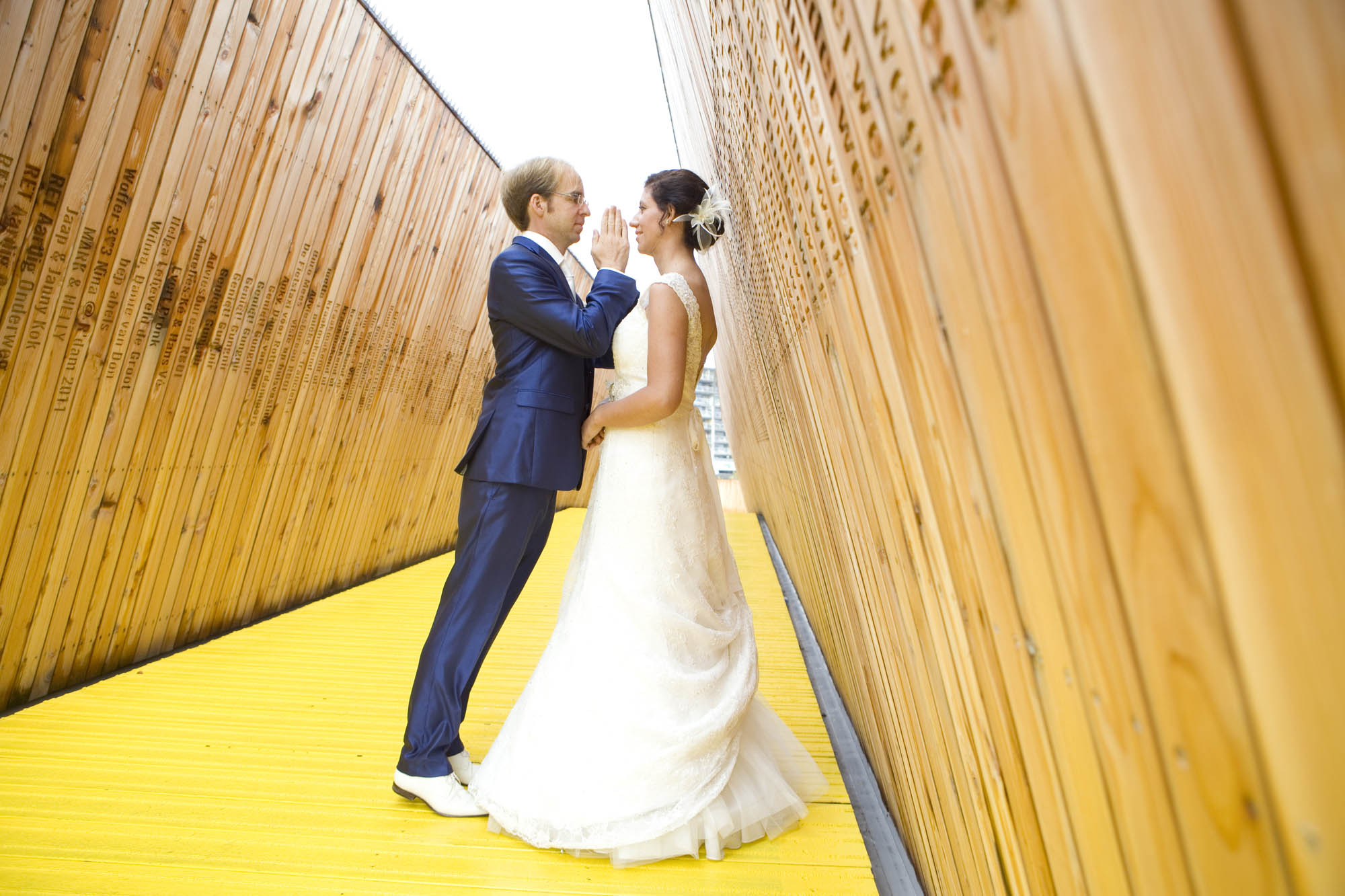 Bruidsfotografie bruiloft Kuyl's Fundatie Rotterdam bruidspaar Luchtsingel gele brug Rotterdam