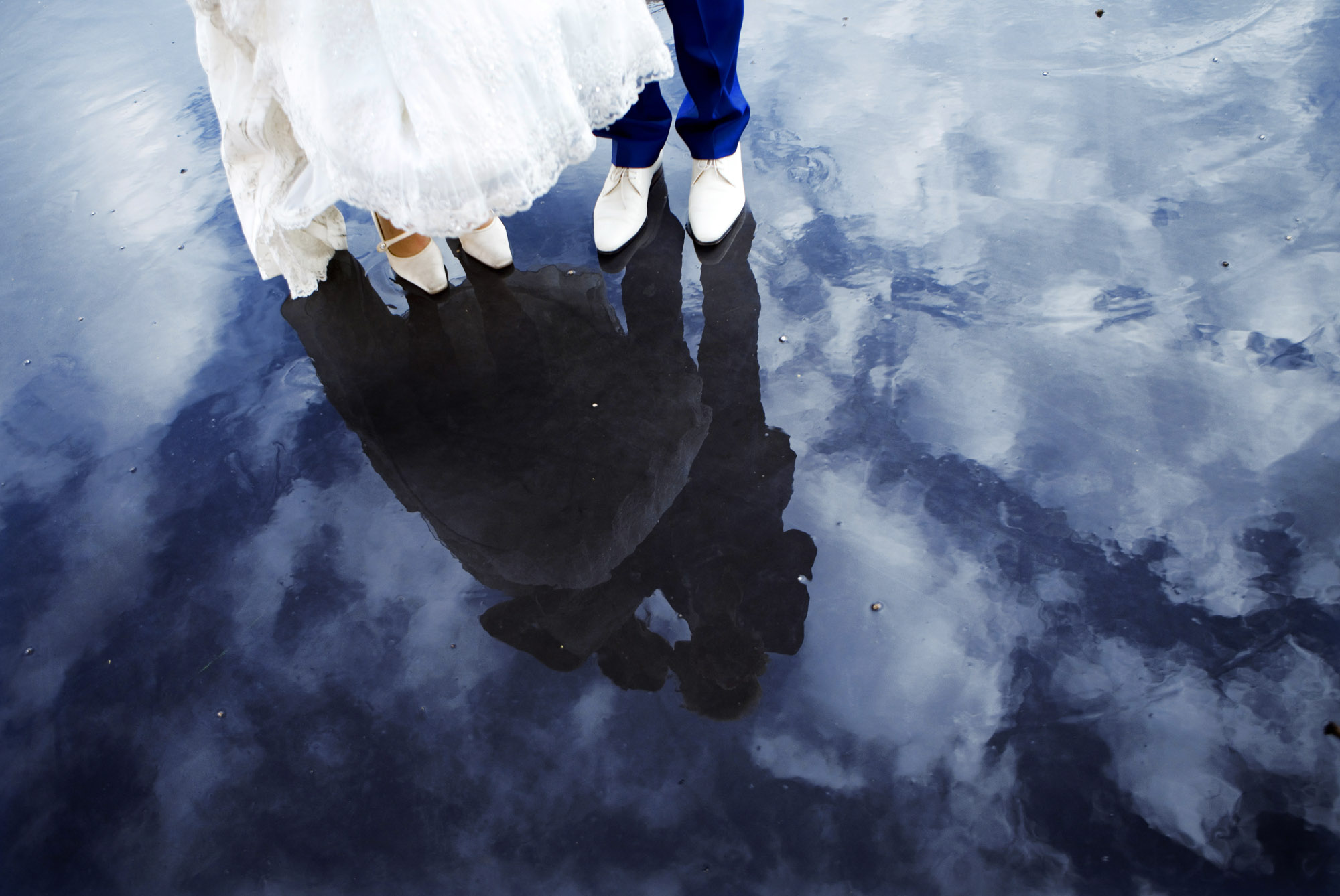Bruidsfotografie bruiloft Kuyl's Fundatie Rotterdam bruidspaar trouwschoenen spiegeling