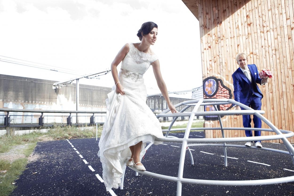 Bruidsfotografie bruiloft Kuyl's Fundatie Rotterdam bruidspaar klimrek Luchtsingel Rotterdam