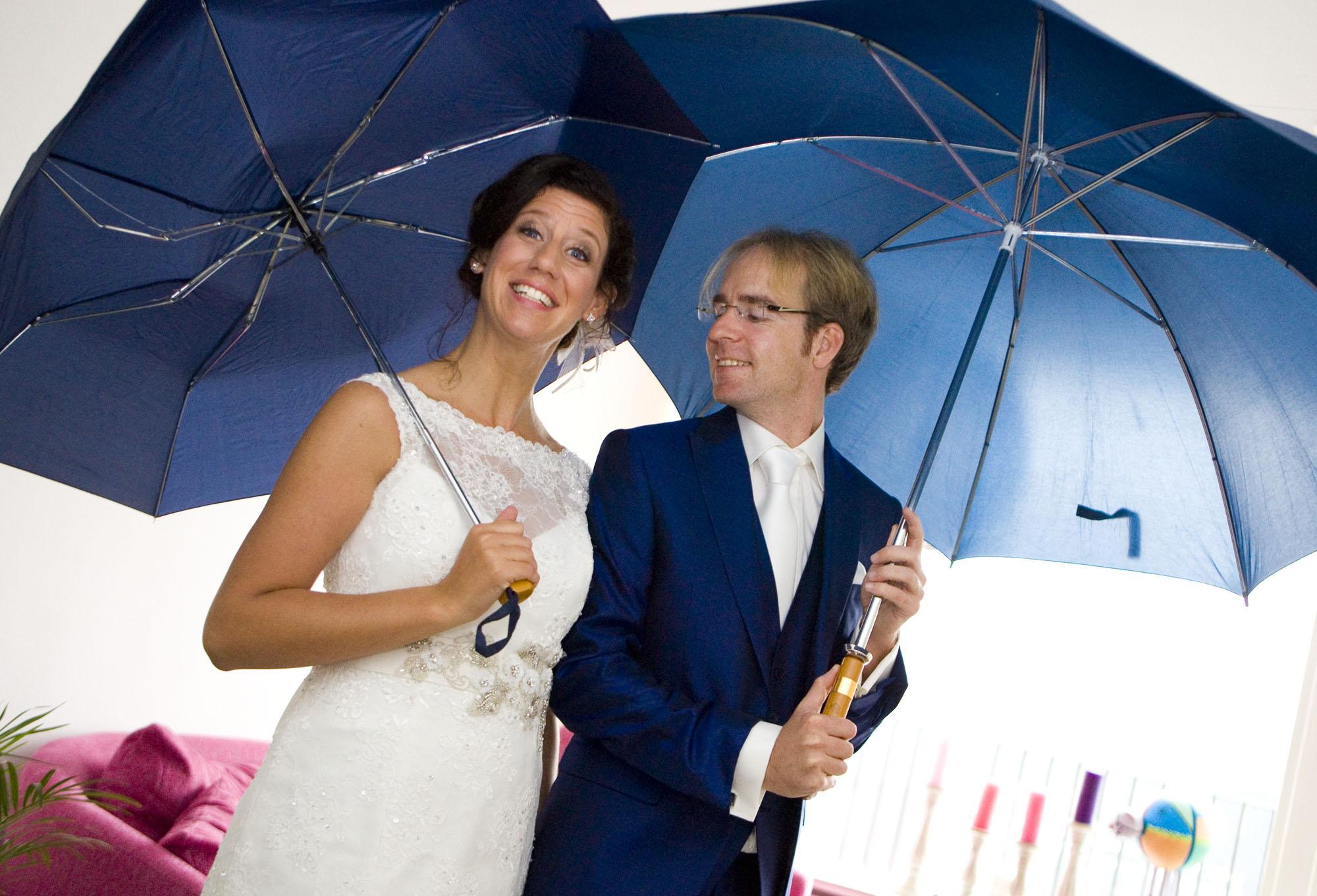 Bruidsfotografie bruiloft Kuyls Fundatie Rotterdam bruidspaar paraplu