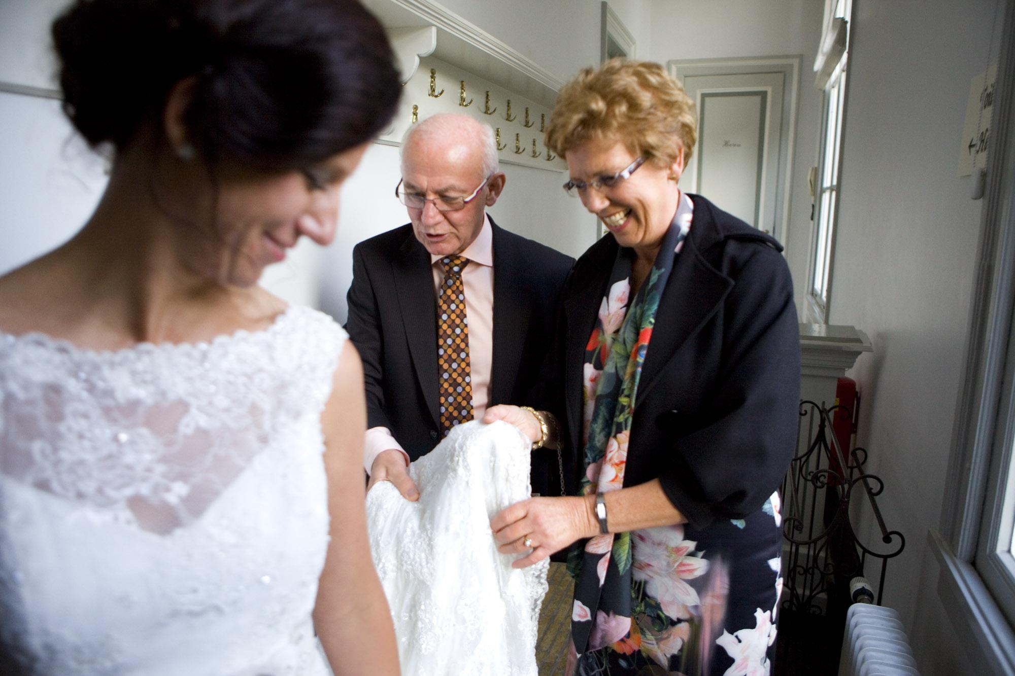 Bruidsfotografie bruiloft Kuyl's Fundatie Rotterdam trouwjurk ouders bruid