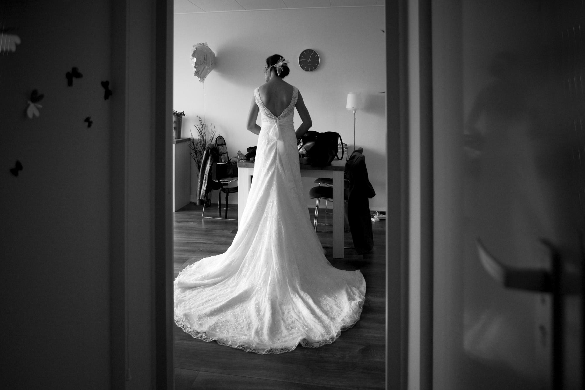 Fotograaf bruiloft Kuyls Fundatie Rotterdam bruid trouwjurk sleep voorbereiding woonkamer Rotterdam