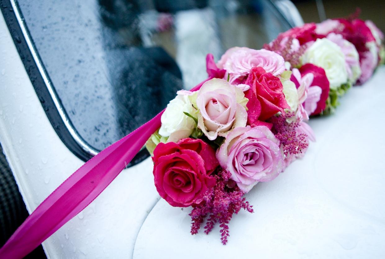 Fotograaf bruiloft Kuyls Fundatie Rotterdam bloemdecoraties rozen trouwauto Volkswagen beetle regendruppels