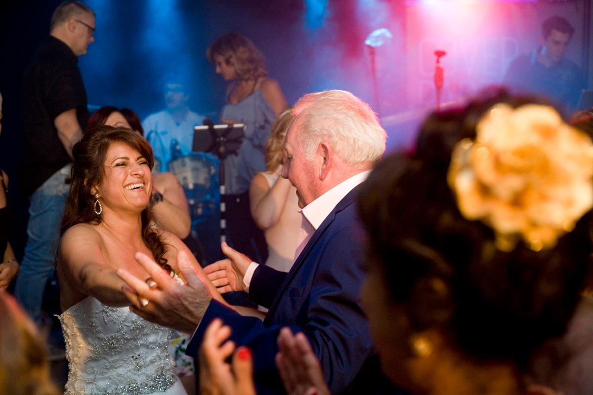 bruiloft trouwfeest dans met vader trouwfotograaf Vidaa Bergschenhoek