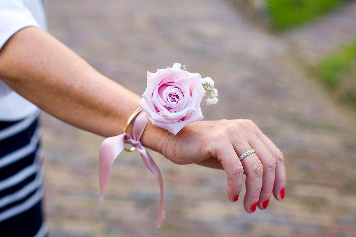 Polscorsage roos bruiloft Raadhuis Leidschendam en Witte Paard Nootdorp