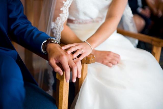 Ceremonie handen bruidspaar bruiloft Raadhuis Leidschendam