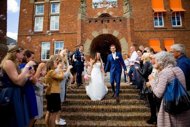 Erehaag gasten bellenblaas bruiloft Raadhuis Leidschendam