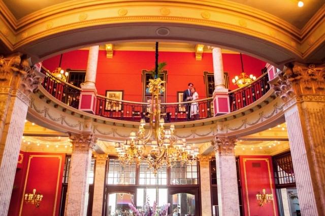 Bruidspaar in Rotonde Hotel Des Indes Den Haag