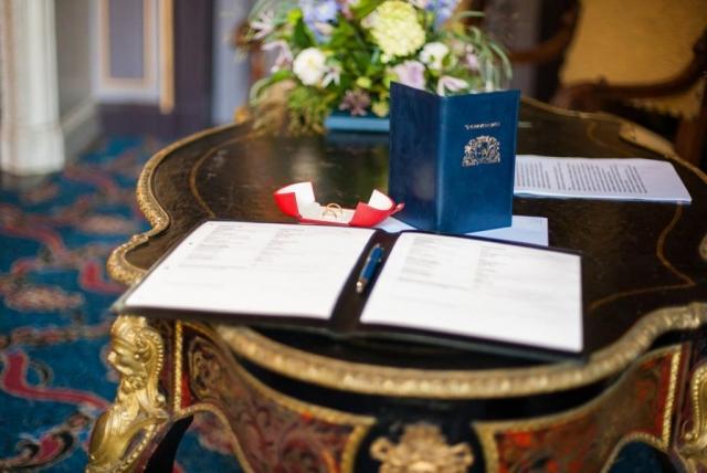 Huwelijksakte en trouwboekje in trouwzaal Hotel Des Indes Den Haag