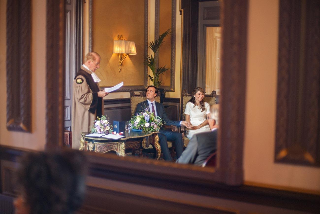Ceremonie bruiloft in Van Brienenzaal Hotel Des Indes Den Haag trouwambtenaar Paul Just de la Passière