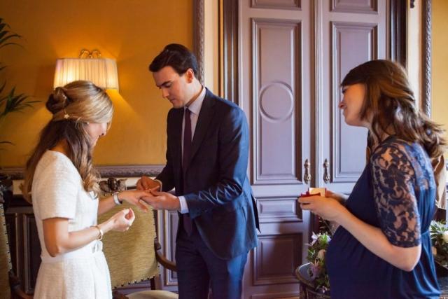 Ringen wisselen ceremonie bruiloft in Van Brienenzaal Hotel Des Indes Den Haag