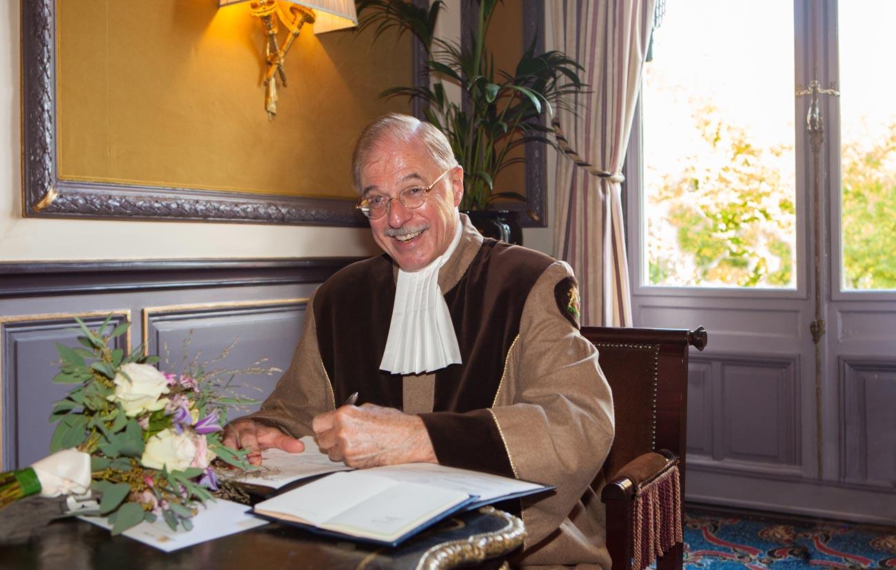 Tekenen akte ceremonie bruiloft in Van Brienenzaal Hotel Des Indes Den Haag trouwambtenaar Paul Just de la Passière