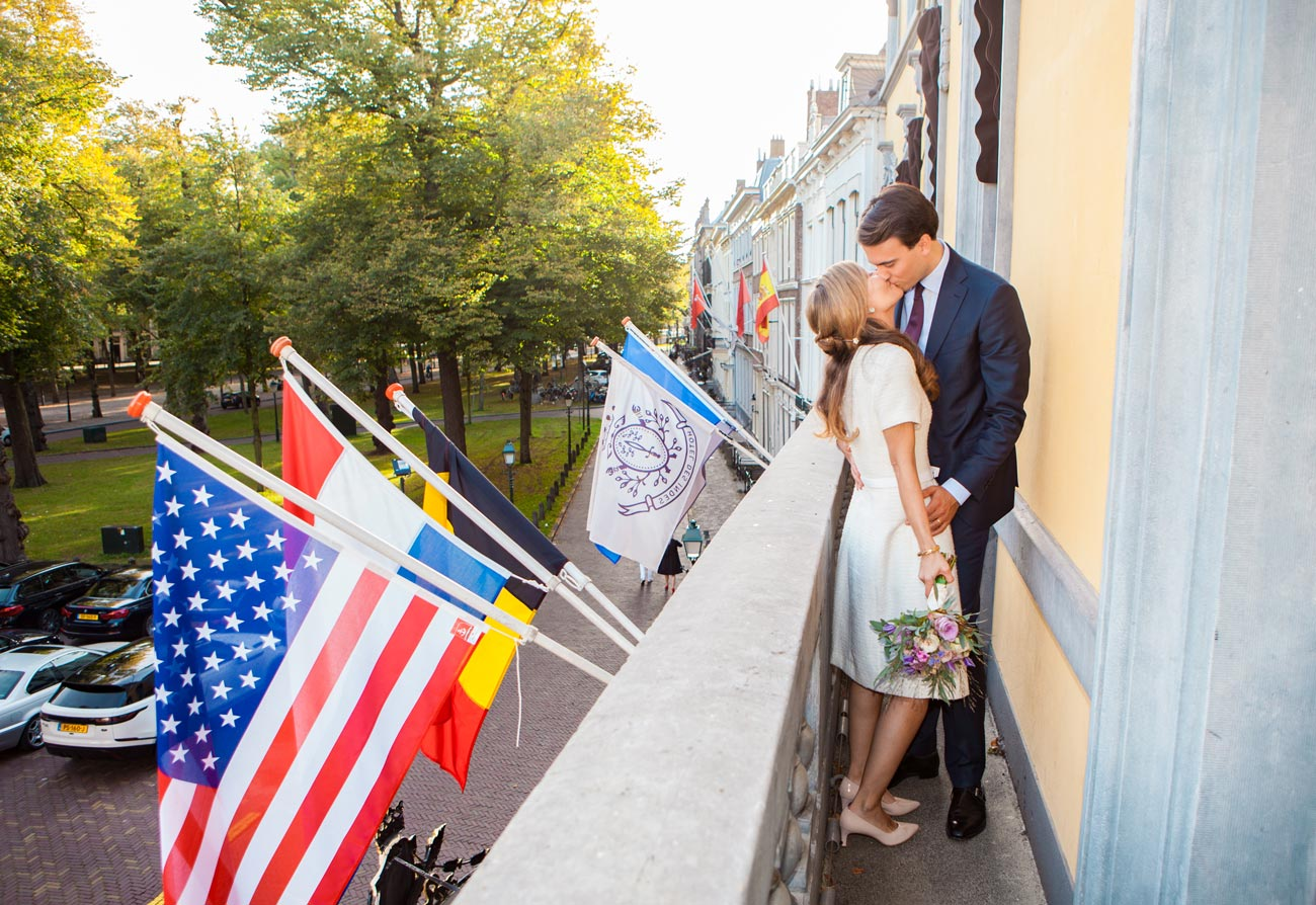 Bruidspaar kus op balkon Hotel Des Indes Den Haag