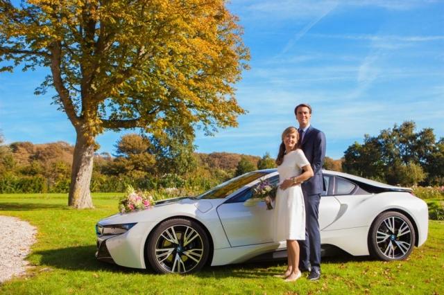 Bruidspaar in Westbroekpark bij Rosarium in Den Haag met trouwauto BMW i8