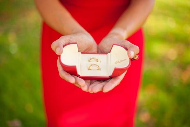 trouwringen in handen bruidsmeisje juwelier Steltman Den Haag