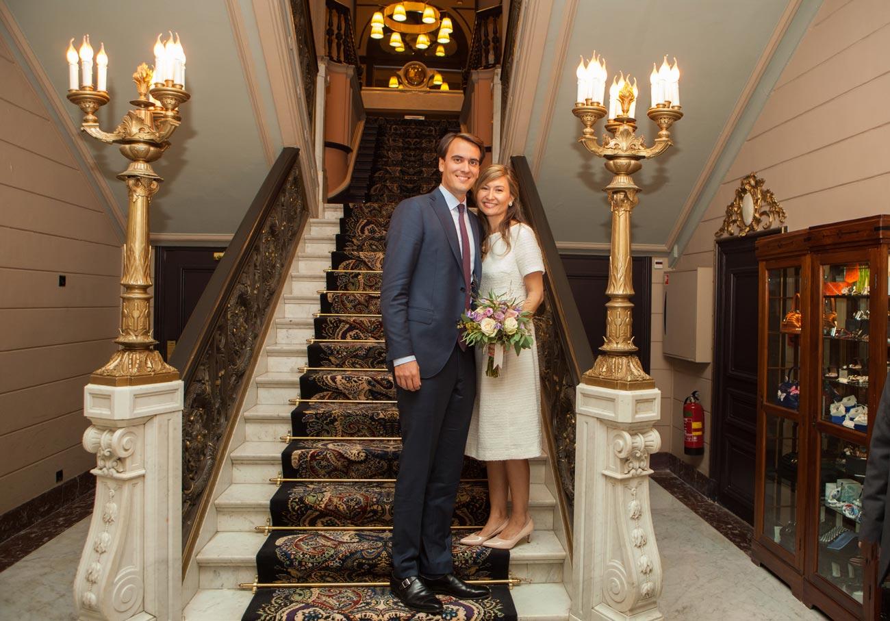 Bruidspaar op trap Hotel Des Indes Den Haag