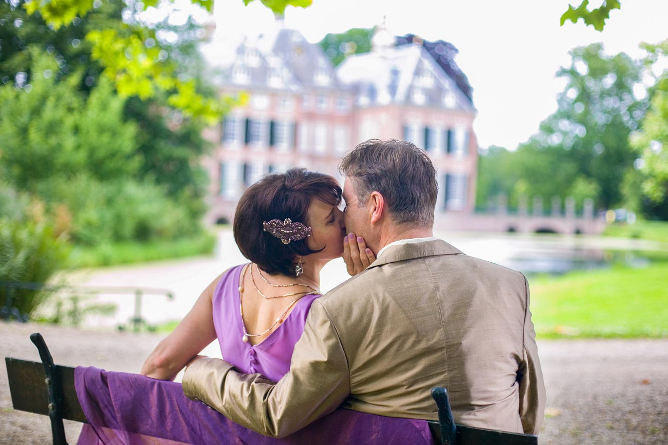 bruidspaar op bankje bij Kasteel Duivenvoorde Voorschoten